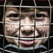 Kind mit Eishockeyhelm