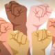 Grafik, die zur Faust geballte Hände unterschiedlicher Hautfarbe zeigt (Copyright: Freepik)